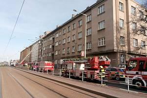 Požár bytu v Praze - Hasiči zasahují u požáru bytu v domě v pražské Černokostelecké ulici, 11. dubna 2021.