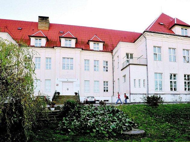 ÚTULEK SV. JOSEFA PRO OPUŠTĚNÉ DÍTKY. Tak se původně jmenovalo zařízení, které působí v Pyšelech od začátku minulého století. V Pyšelích se traduje, že tento dětský domov nejspíš navštívil i prezident T. G. Masaryk.