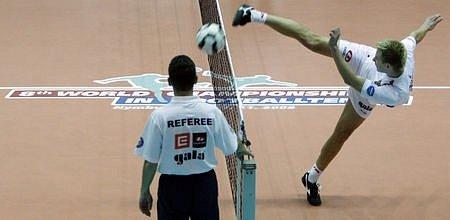 Osmé mistrovství světa v nohejbale probíhá od 21. listopadu v nymburské sportovní hale. Na snímku ze zápasu dvojic ČR (v bílém)-Chorvatsko.