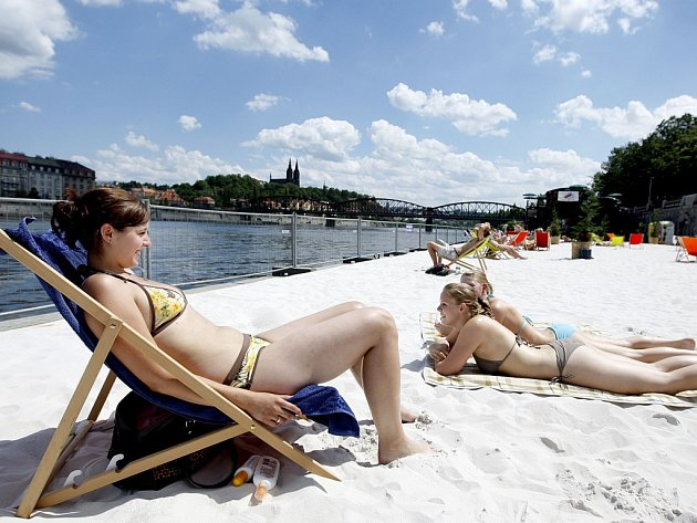 PÍSEČNÁ pláž byla pro obyvatele Prahy otevřena v minulých letech také na Smíchově.