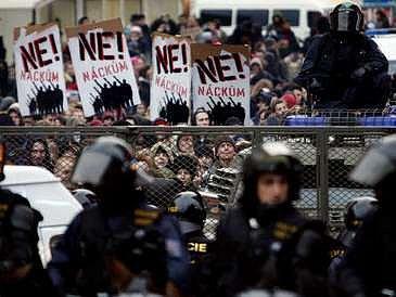 Stovky mladých anarchistů se sešly na protest proti plánovanému pochodu nacionalistů v den výročí křišťálové noci 10. listopadu v Praze.