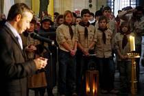 SVĚTLO Z BETLÉMA. Jako každý rok doputuje do svatovítské katedrály a odtud pak do celé země.