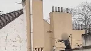 Muž v Praze ze střechy házel beton.