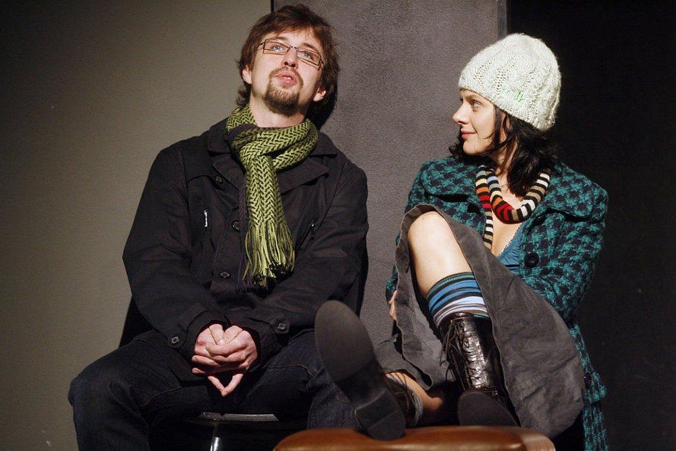 NOVÍ PARTNEŘI NA JEVIŠTI. Jan Dolanský a Klára Issová během zkoušky v Divadle Na Jezerce.