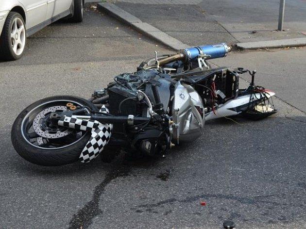 Motorkáře ujíždějícího policistům zastavila havárie