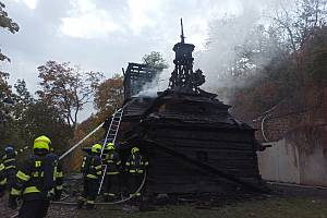 Dřevěný kostel sv. Michaela ze 17.století byl požárem zasažen v plném rozsahu.