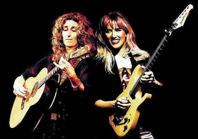 KYTARISTKY. Zleva: Vicky Genfanová a Jennifer Battenová společně vystoupí 28. října v Paláci Akropolis.