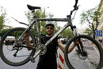 KOLO ZVÍTĚZILO. Netrénovaný cyklista by ale pravděpodobně prohrál s MHD, přiznává vítězný pražský kurýr Jan Matouš (na snímku).
