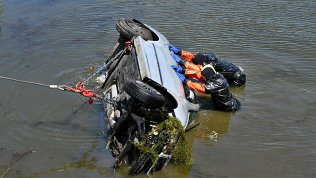 Automobil skončil po nehodě u Čestlic ve vodní nádrži