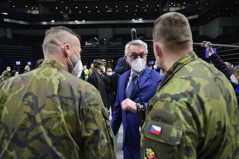 Národní očkovací centrum vzniklo v hale O2 universum. Na snímku je ministr obrany Lubomír Metnar (za ANO).