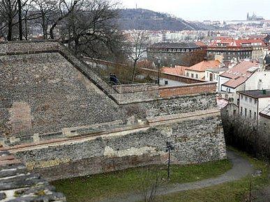 POSLEDNÍ SVĚDCI. V sedmnáctém století muselo ustoupit město baroknímu opevnění, století dvacáté přálo městské výstavbě na úkor hradeb.