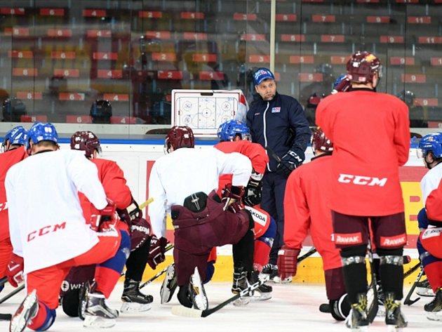 Trenér Josef Jandač hovoří s hráči při tréninku české reprezentace.