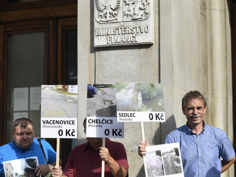 Protest starostů před Ministerstvem financí.