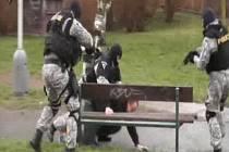 Zásahová jednotka zatkla podezřelého z přepadení bankovní pobočky.