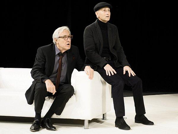 Herci (zleva) Karel Heřmánek a Josef Carda ve francouzské komedii Art na prknech Divadla Bez zábradlí vPraze.