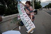 Lidé instalovali 15. května slogany a plakáty na obranu Libeňského mostu.