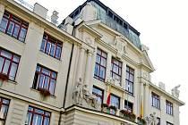 Pohled na horní část budovy magistrátu na Mariánském náměstí v Praze.