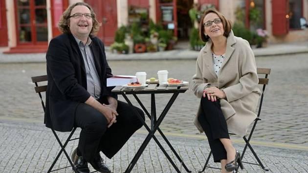Pražská primátorka Adriana Krnáčová a ředitel Institutu plánování a rozvoje hlavního města Prahy Petr Hlaváček sami vyzkoušeli odpočinkovou soupravu židlí a stolku.