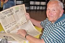Jeden z nejstarších ragbistů Pragy Jan Král ukázal staré waleské noviny, které o utkání Pragy v zahraničí psaly obsáhlé reportáže.