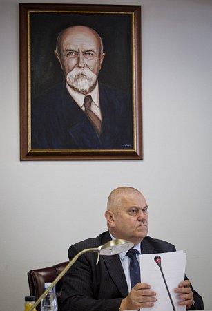 Novým středočeským hejtmanem se vpátek 27.června 2014stal šéf krajské ČSSD Miloš Petera. Rozhodli otom krajští zastupitelé.