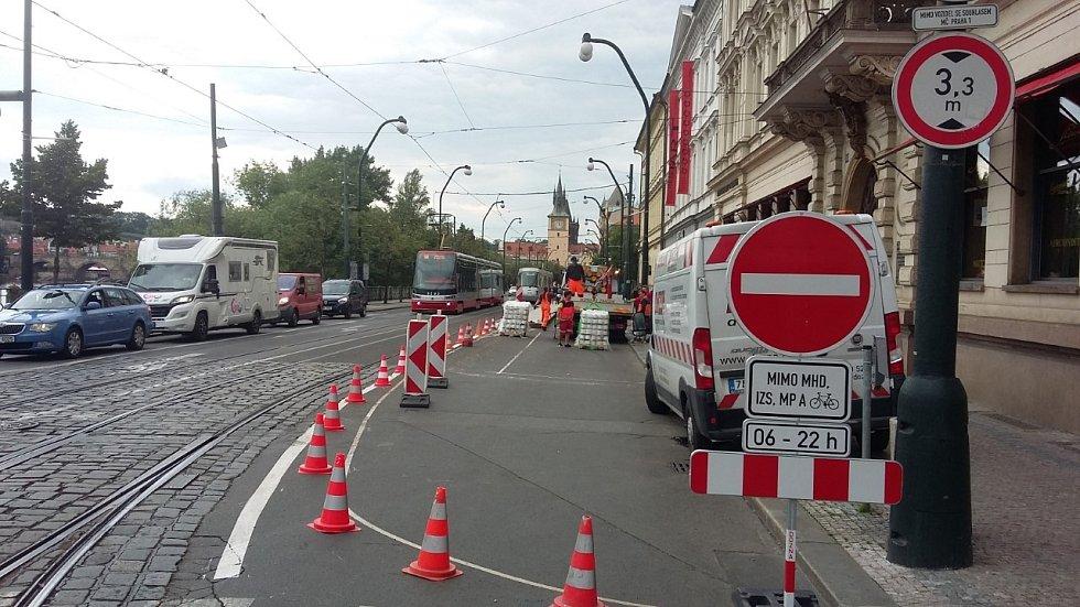 Stavební úpravy částečné uzavírky Smetanova nábřeží v Praze.