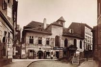 Zrušený kostel sv. Martina ve zdi. Na snímku Jindřicha Eckerta z roku 1890 již bez lokálu U Švertásků.