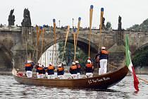 Na Vltavu vyjely pravé benátské gondoly. Po dva dny budou gondoliéři se svými loděmi součástí oslav sv. Jana Nepomuckého, který je patronem i jejich cechu.