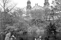 Hlavní nádraží. Příjemné květnové počasí roku 1939 vylákalo Pražany na procházku kolem rybníčku ve Vrchlického sadech u tehdejšího Wilsonova nádraží.