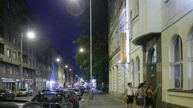 HOSTEL. Jeho návštěvníci často ruší noční klid v ulici.