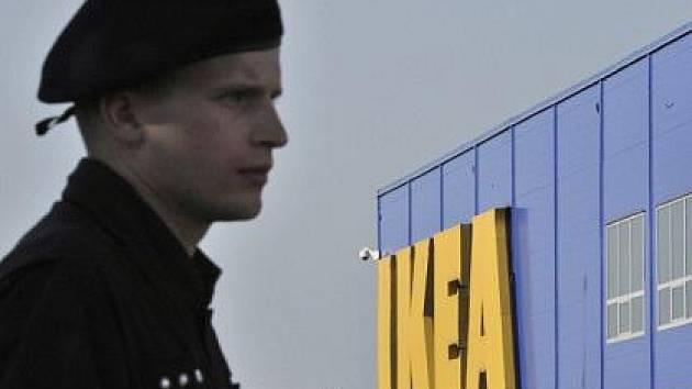 Policie 2. září evakuovala všechny čtyři obchodní domy IKEA v České republice, které musely opustit stovky zákazníků. U obchodu v Praze-Zličíně se odpoledne našla výbušnina.