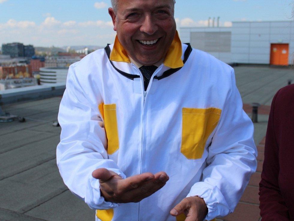 Ředitel Clarion Congress Hotelu Prague Miroslav Bukva jako včelař.