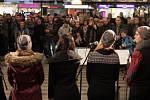 Předvánoční koncerty v metru. Nalaďte se v metru také o Vánocích.