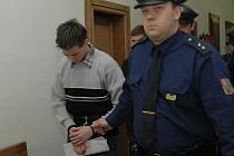 Jan Dvořáček si k soudu přišel vyslechnout 15letý trest za brutální vraždu Františka Sahuly. Spolupachatel Jiří Kulveit dostal stejný trest.