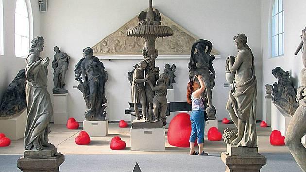 SRDCE. Tak se jmenuje práce sochaře Kurta Gebauera instalovaná v prostředí Lapidária Národního muzea.