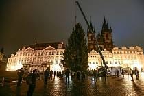 Instalace vánočního stromu v Praze.