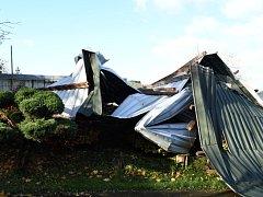 Zničená střecha seníku.