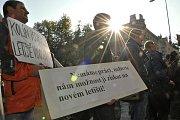 Demonstraci proti připravovanému rozšíření letiště Vodochody u Odoleny Vody na Praze-východ uspořádali v úterý před středočeským krajským úřadem na pražském Smíchově zástupci obcí v okolí letiště.