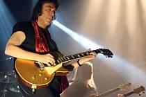Koncert britského kytaristy Steva Hacketta v Lucerně.