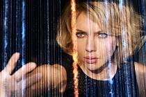 Strahovské autokino v úterý večer promítá americký akční film Lucy.