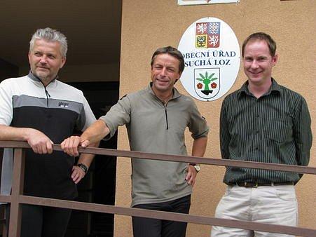 POLITICI V SEDLE. Pražský primátor Pavel Bém a hejtman Zlínského kraje Libor Lukáš se o víkendu vydali na cyklistický výlet po Slovácku. Odjížděli od radnice v Suché Lozi, kam je přišel vyprovodit místní starosta Petr Gazdík (vpravo).