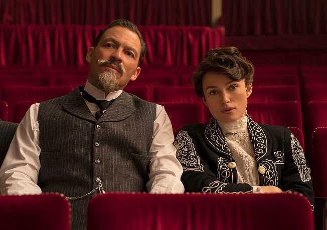 Autokino Strahov promítá po celý víkend. Snímek z filmu Colette: Příběh vášně (v neděli).