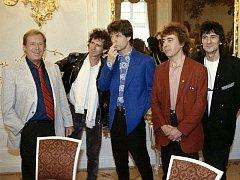 Do té doby nevídaný obrázek: členové slavné britské rockové kapely Rolling Stones přijeli hrát do Prahy. A jejich koncertu pro víc jak sto tisíc lidí předcházelo i přátelské setkání s prezidentem Václavem Havlem na Hradě.