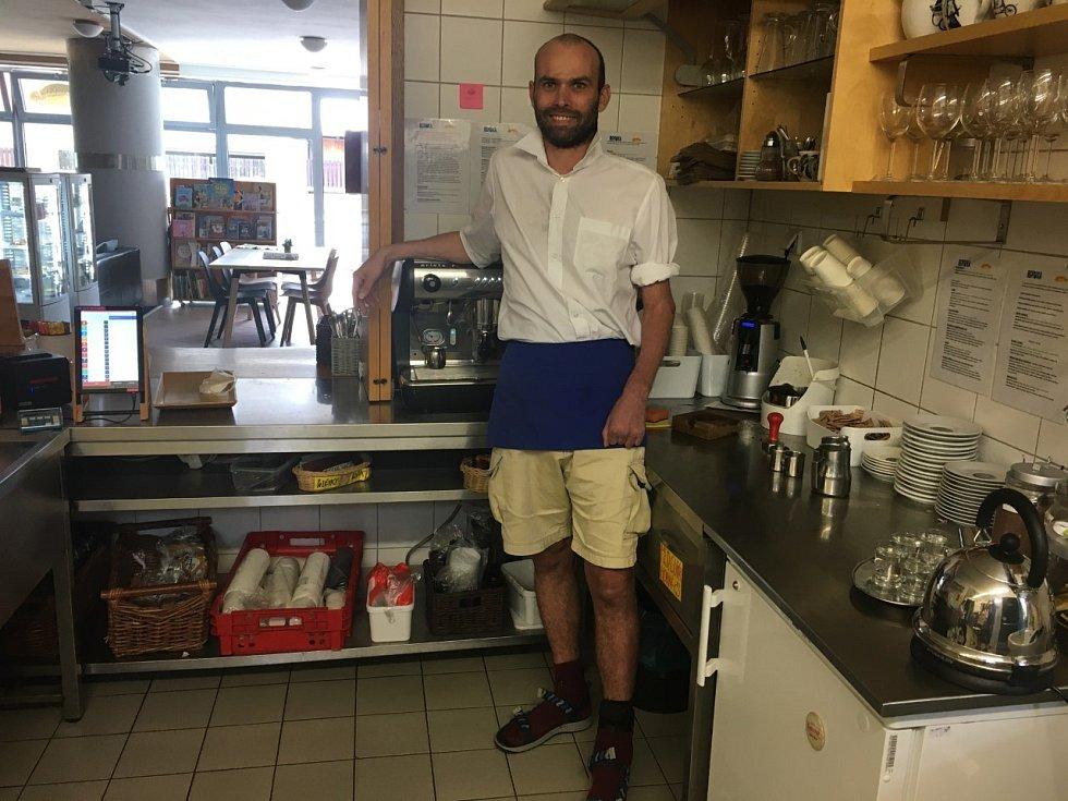 Ta Kavárna. Martin Pánek pracuje jako barista.