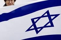 Účastníci drželi transparenty proti rasismu nebo izraelské a české vlajky.