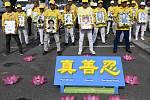 Lidé v noci na 20. července 2020 podpořili před čínskou ambasádou v Praze meditační hnutí Fa-lun-kung.