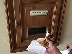 Do schránky stačí vložit houby a nálezový formulář.