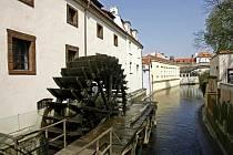 Obří mlýnské kolo na Čertovce na malostranské Kampě.