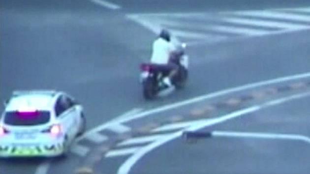 Motorkář ujížděl strážníkům.