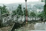 """Srpen 1968. Okupace vojsky Varšavské smlouvy se podepsala i na Nuselských schodech. """"Nechceme zrádce za naše vládce. Neutralita. Pryč s okupanty."""""""