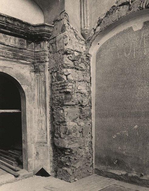 PAMÁTNÍK OBĚTÍ nacistické perzekuce vPinkasově synagoze, stav vobdobí normalizace.